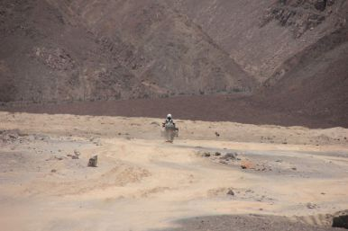 A sandy track brings us closer to the Cerro Blanco
