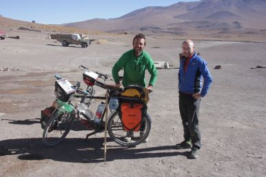 2 spanish daredevils cycling here at over 5000m and on soft and corrugated roads. Hard fellows. But with a great spirit and great sense of humor.
