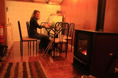 Our little cabin, with a fireplace, sofa and kitchen. Great place to hang around for 2 weeks.